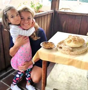 Малката Грейс с мама и с направения хляб в Хлебната къща