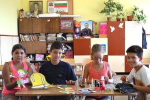 Петокласниците, които помагат на Стефан Ангелов да подготви красива класна стая за новите първокласници