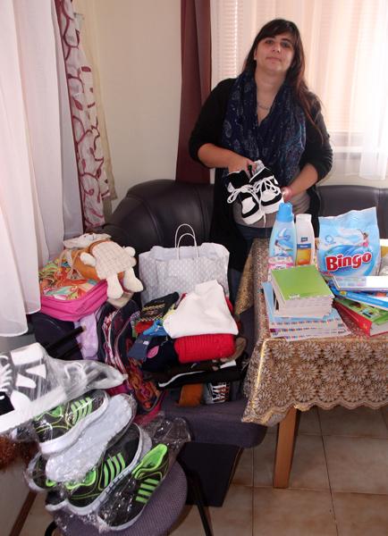 Мариана Пенчева показва част от получените дарения