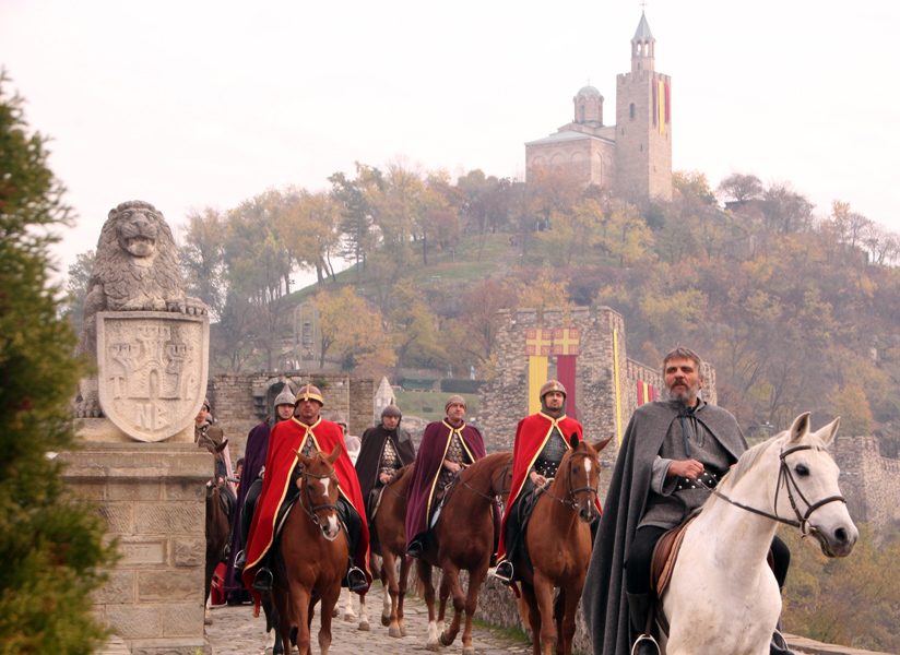 Атрактивното шествие беше водено от конниците на Асен и Петър