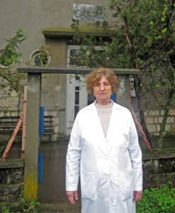 Медсестрата пред сградата, която се нуждае от ремонт