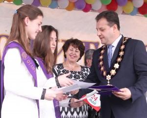 Кметът Даниел Панов връчва наградите на близначките Дарена Светослава и Мария Десислава.