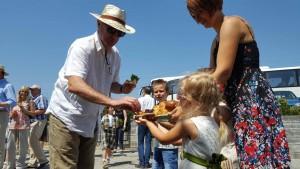 Тим Едуардс бе посрещнат по стара българска традиция с хляб и сол.