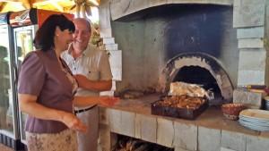 Любезните домакини Даню Георгиев и Изабела Чорбаджиева гостиха европейските бизнесмени с агънца.