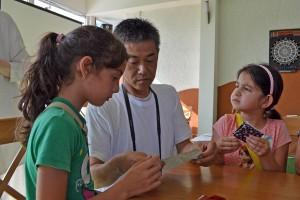 Ичиро Мацуо разказва на децата историята на калиграфското писане