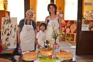 Седемгодишният Виктор с майка си Албена и леля Кинче – тримата представители на Хлебната къща във Велико Търново.