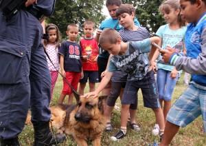 Децата на Килифарево се радваха на полицейското куче Верон  Сн. Светослав СТЕФАНОВ
