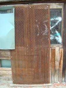 Залостената врата на бившето кино.