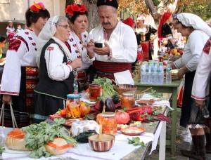 Площадът на селото се напълни със самодейци и вкусни гозби.