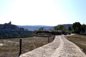 Новата алея и новата изградена стена с горната станция на фуникуляра