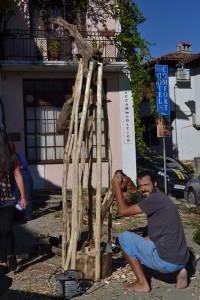 Кукерът на студентите по скулптура стана готов на втория ден