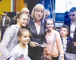 Цецка Цачева не отказа нито един автограф или селфи в пълната зала на Двореца на културата и спорта.