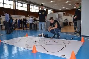Изобретателите от Бяла с роботчето си, което не се отделя от черната линия.