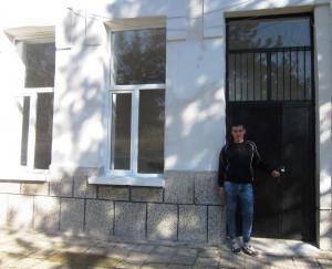 Дениз пред закритото училище.