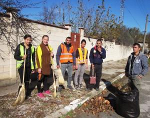 Младежите, които почистват селото.