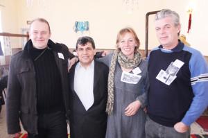 Кметският наместник Мустан Юсменов (вторият от ляво надясно) заедно с Дарън, Карън и Питър.