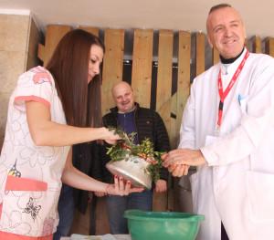 Ръцете на доц. д-р Светлозар Стойков бяха ритуално измити с наричане за здраве и повече бебета.