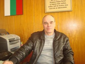 Кметът на Козловец Борис Велев няколко пъти е подавал сигнали до общинския кучкарник за множеството псета в селото.