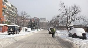 Изоставените в преспите коли са проблем за снегопочистването.
