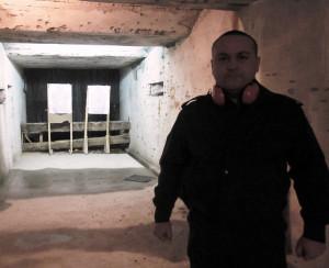Стрелбището в подземието и инструктора Дончо Рашков.