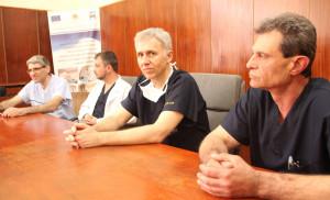 Доктор Лангхоф (в средата)