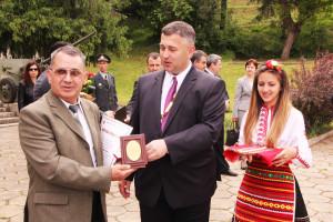 Петър Влахов получава отличието си от кмета на Златарица Пенчо Чанев.