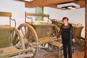 Елена Адамова в залата, където са подредени запазените каруци, с които са теглили оръдията.