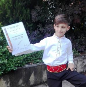 Малкият Александър с грамота за свирене на кавал