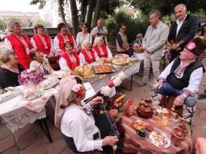 Кметовете Г. Чакъров и Й. Неселиан на софрата на Страхилово