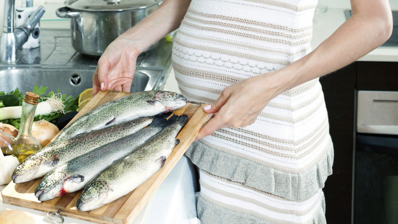 pregnant-woman-with-fish