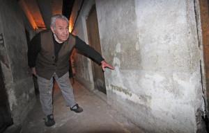 Илия Георгиев показва докъде стига нивото на водата.