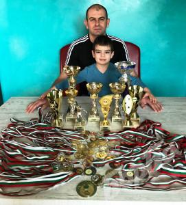 Баща и син Йорданови с купите и медалите на таткото.