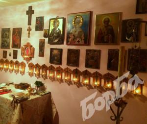 Сн. авторката и личен архив Олтарът в дома му в Долна Оряховица