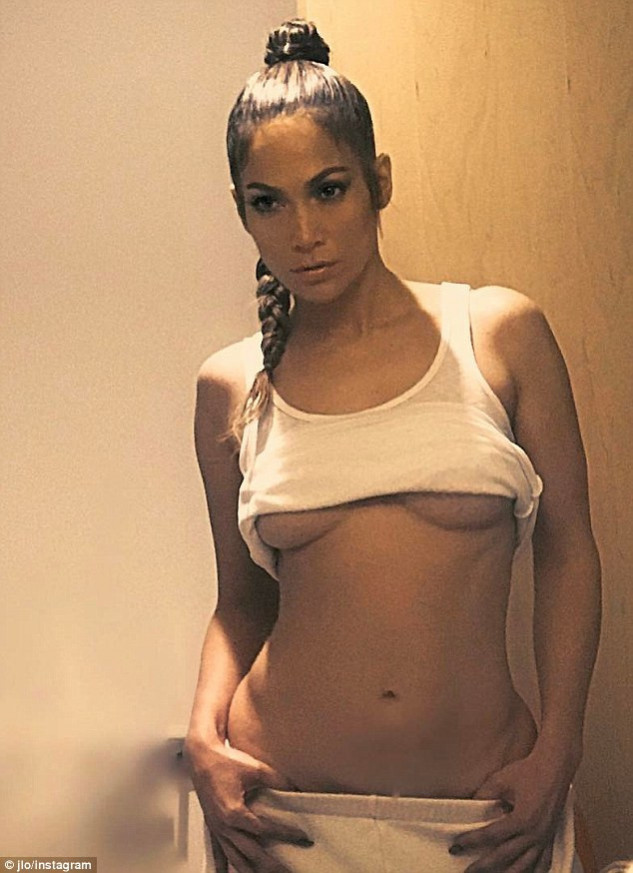 3CCED6B800000578-4189626-Naughty_girl_Jennifer_Lopez_on_Friday_pulled_up_her_top_and_pull-m-54_1486151353032