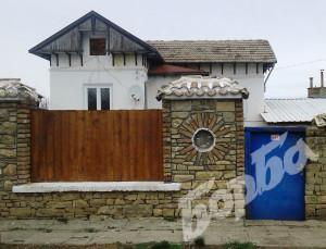 Спретнатата къща отвън.