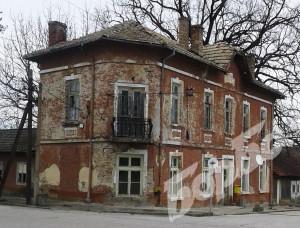 Олющената сграда на площада, на която предстои ремонт