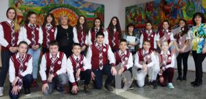 """Дизайнерката Стефка Трайчева със VII """"а"""" клас и класната Полина Христова (вдясно)."""