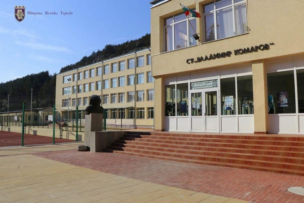 """""""Кроношпан"""" оборудва нов компютърен кабинет с пет работни места и модерен софтуер в СУ """"Владимир Комаров"""""""