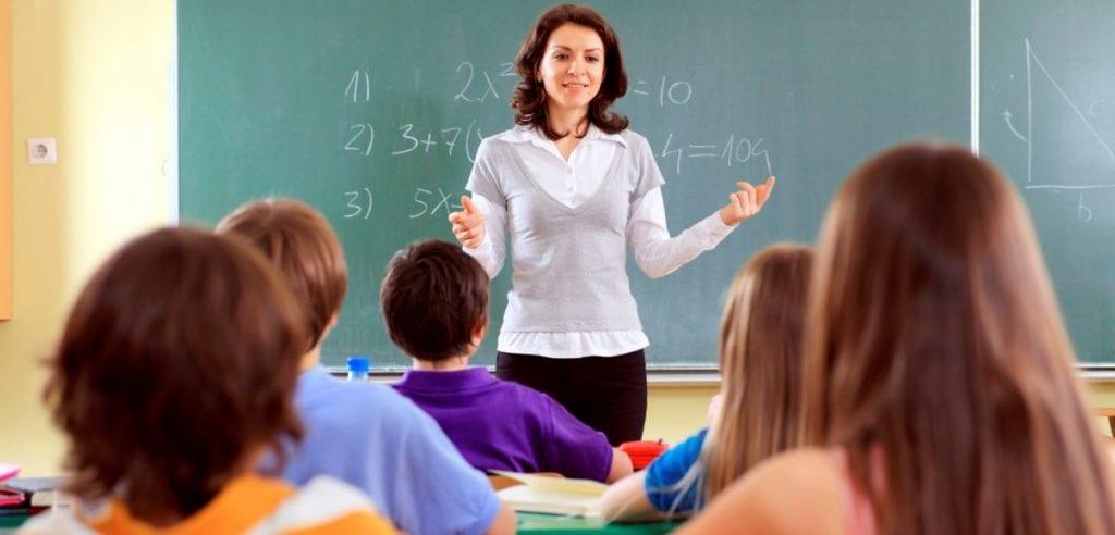 Ако извънредното положение продължи: Удължават учебната година и отлагат абитуриентските балове