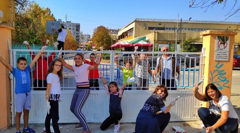 50 ентусиасти облагородиха двора на търновско училище