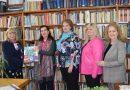 """Общинска библиотека получи дарение от """"Зонта клуб"""" на книги със 100 вдъхновяващи женски истории"""