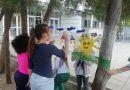 Третокласници рисуваха върху фолио в двора на училището си
