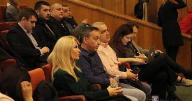 Пред полупразна, зала 16 съветници и десетина граждани разясниха как ще се харчат 96,6 млн. лв. от общинския бюджет