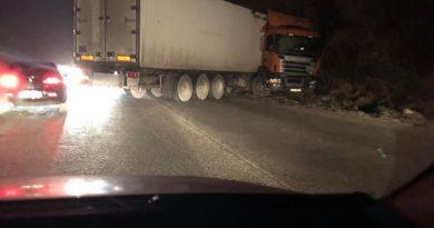 Камион се завъртя на Присовските завои