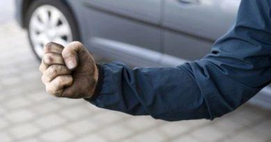 Шофьор отнесе юмрук в главата на пътя без причина