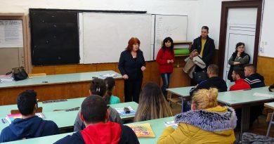 Ученици от Сухиндол се запознаха с професията на медицинската сестра и акушерката