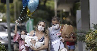 """Медицинска сестра с Ковид-19 се """"запозна"""" с бебето си близо месец след като го роди, докато е на вентилатор"""