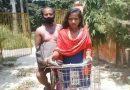 Момиче превози болния си баща с велосипед на повече от 1000 км