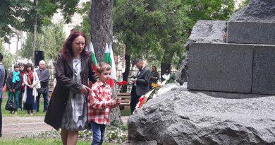 С поднасяне на цветя и едноминутно мълчание почетоха Ботев в Свищов