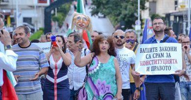 С кратунени чучела и шествие недоволни от Великотърновска област се събраха на поредния протест в старата столица